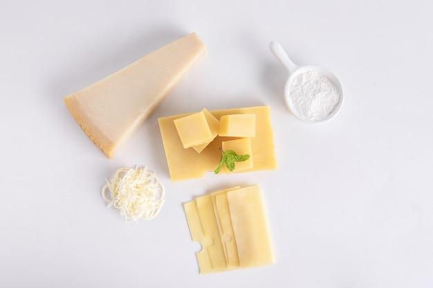 Bovenaanzicht van zwitserse kaas en een stukje parmezaanse kaas geïsoleerd