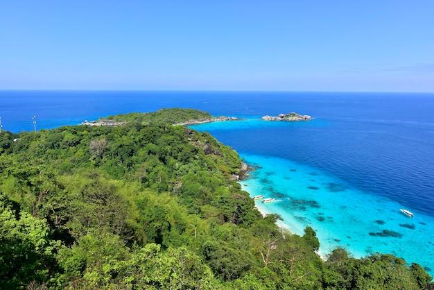Bovenaanzicht vanaf de heuveltop op een turquoise zee-eiland