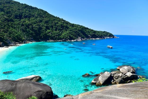 Bovenaanzicht vanaf de heuveltop op het eiland similan in thailand, het strand wordt vaak bezocht door similan-duiktrips en snorkelen