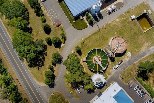 Bovenaanzicht vanuit de lucht van drinkwaterzuiveringsinstallaties voor de grote stad vanuit waterbeheer