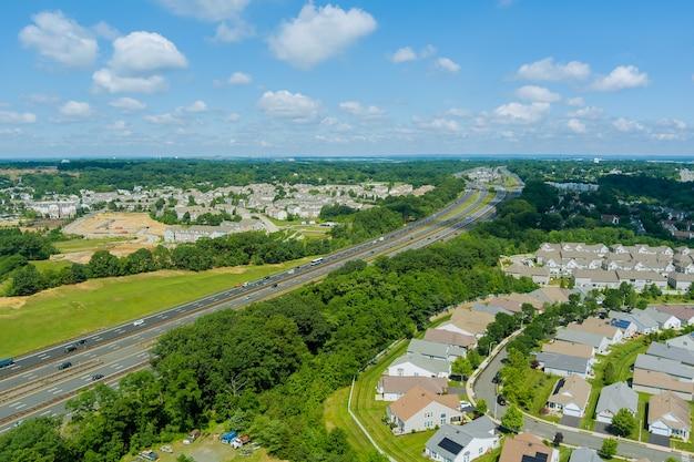 Bovenaanzicht vanuit de lucht van talrijke auto's in een hogesnelheidsverkeer op de amerikaanse snelweg