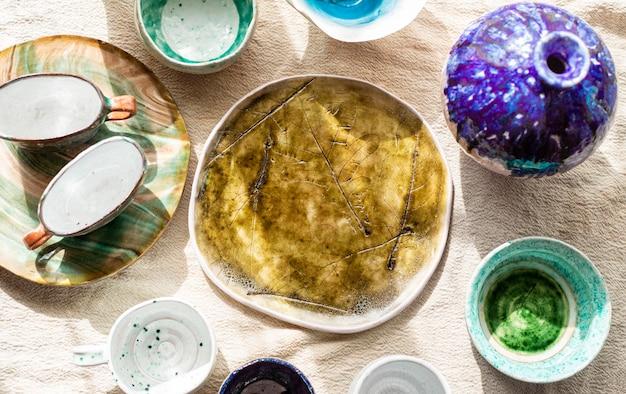 Bovenaanzicht vazen en verf voor aardewerk