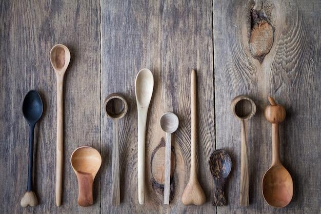 Bovenaanzicht veel houten lepels, milieuvriendelijk concept van bestek