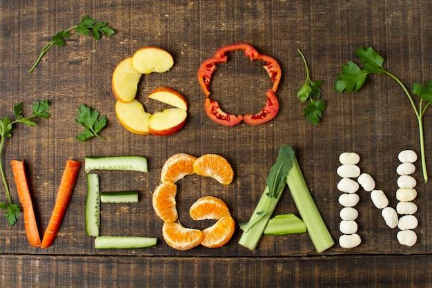 Bovenaanzicht vegan arrangement met eten