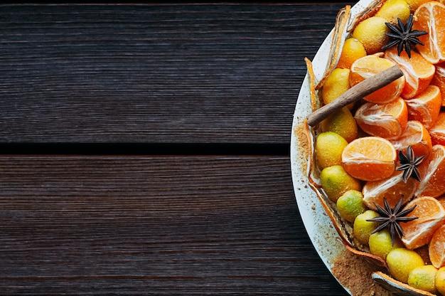 Bovenaanzicht vegan citrus cake met kleurrijke kruiden