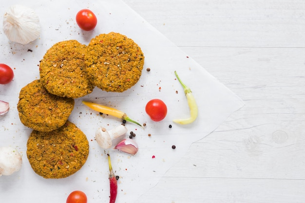 Bovenaanzicht vegan goodies op houten tafel