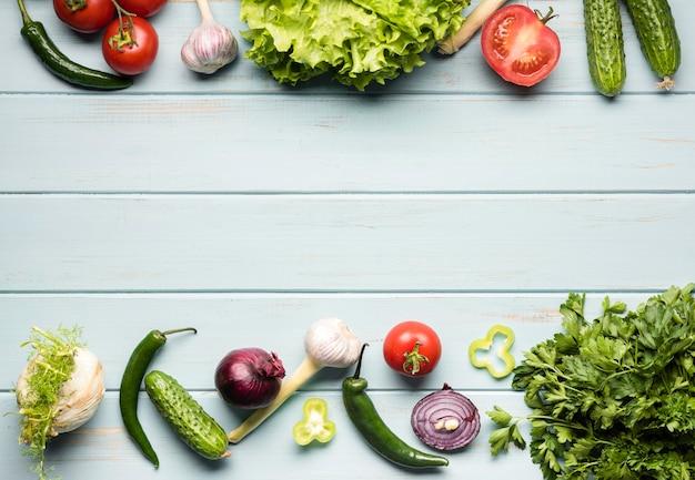 Bovenaanzicht vegetarische ingrediënten voor salade