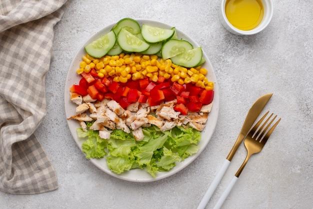 Bovenaanzicht vegetarische salade met kip