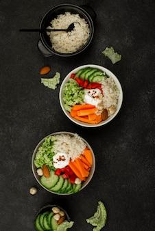 Bovenaanzicht vegetarische saladeschalen met couscous en noten
