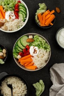 Bovenaanzicht vegetarische saladeschalen met couscous en wortelen