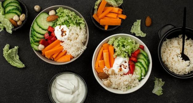 Bovenaanzicht vegetarische saladeschalen met couscous
