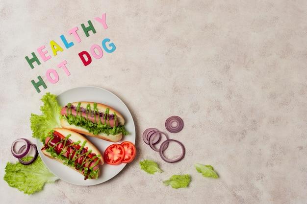 Bovenaanzicht veggie hotdog met kopie-ruimte