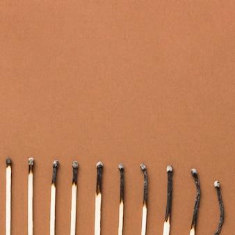 Bovenaanzicht verbrand overeenkomt met arrangement met kopie ruimte