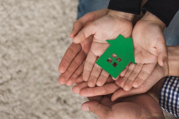 Bovenaanzicht verenigde handen met speelgoed