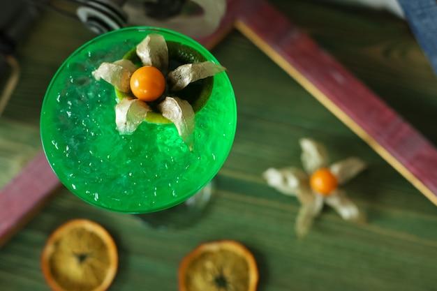 Bovenaanzicht verfrissende cocktail met gedroogde sinaasappel en een bloem in de vorm van een decor