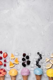 Bovenaanzicht verfrissende ijsjes met kopie ruimte