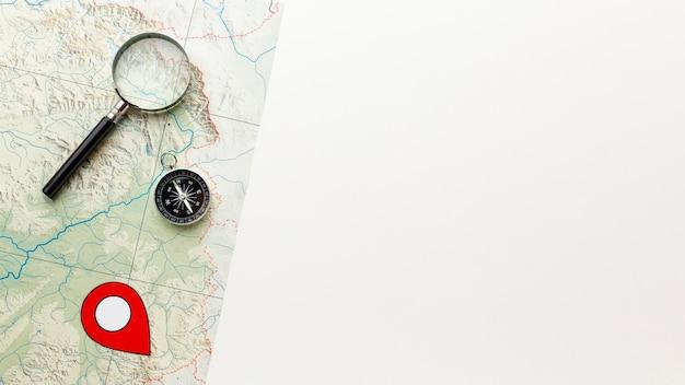 Bovenaanzicht vergrootglas en kompas
