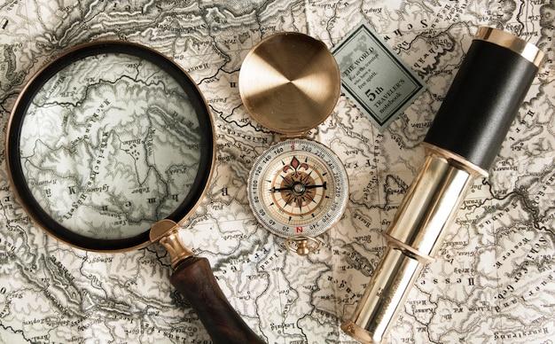 Bovenaanzicht vergrootglas op de kaart