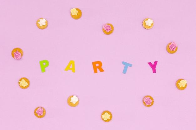 Bovenaanzicht verjaardag arrangement met koekjes