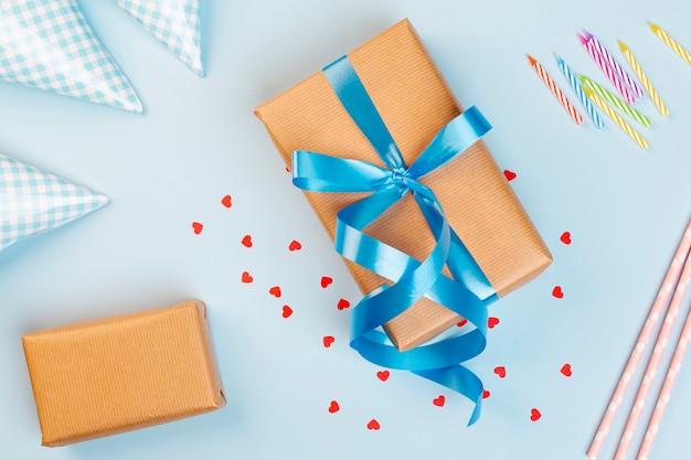 Bovenaanzicht verjaardag decoratie met cadeau en kaarsen