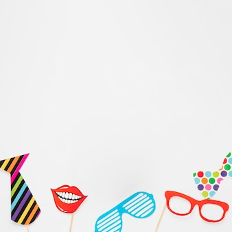 Bovenaanzicht verjaardag items op witte achtergrond met kopie ruimte