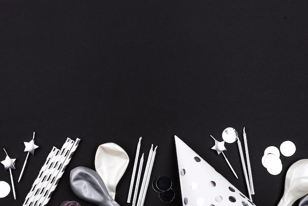 Bovenaanzicht verjaardagsballons en hoed