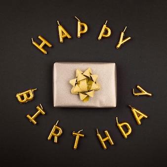 Bovenaanzicht verjaardagscadeau en kaarsen