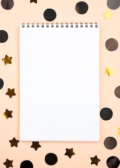 Bovenaanzicht verjaardagsdecoratie met notitieboekje