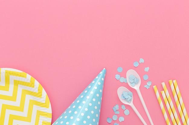 Bovenaanzicht verjaardagsfeestje bestek