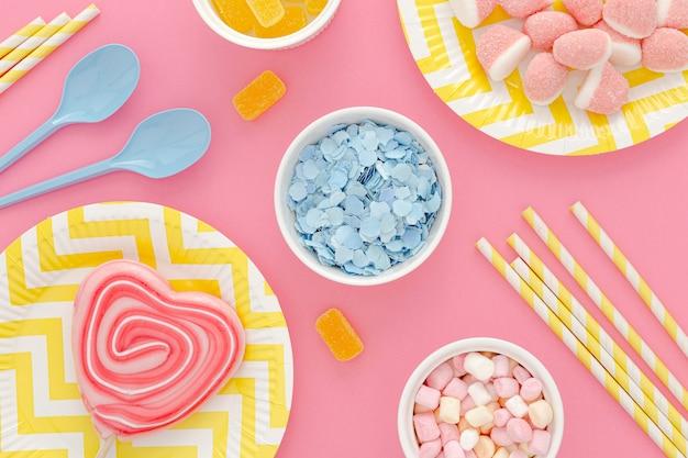 Bovenaanzicht verjaardagsfeestje met snoep