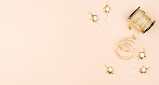 Bovenaanzicht verjaardagskaarsen met lint