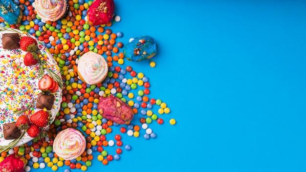 Bovenaanzicht verjaardagstaart met gebak