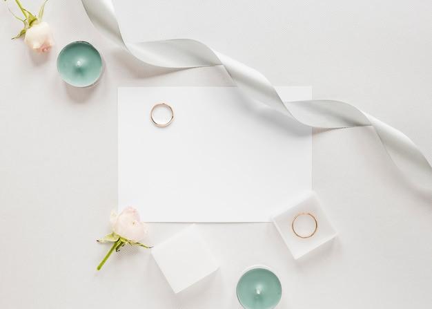Bovenaanzicht verlovingsring op tafel