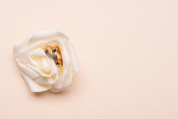 Bovenaanzicht verlovingsringen op bloem