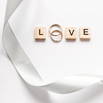 Bovenaanzicht verlovingsringen op tafel