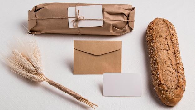 Bovenaanzicht verpakt brood met envelop met tarwe