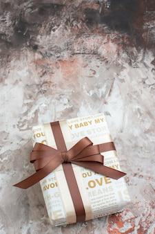 Bovenaanzicht verpakt cadeau op tafel