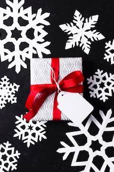 Bovenaanzicht verpakt cadeau op zwarte achtergrond