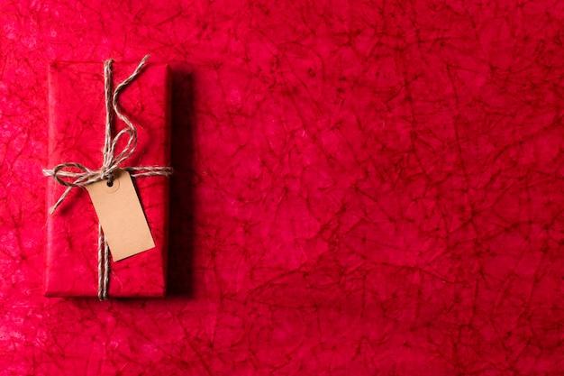 Bovenaanzicht verpakt kerstcadeau met lege tag en kopie ruimte