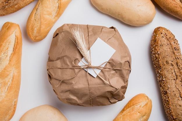 Bovenaanzicht verpakt rond brood met stokbrood
