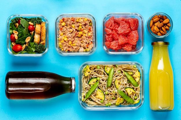 Bovenaanzicht verpakt voedsel en sapflessen
