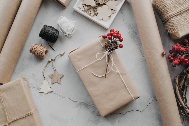 Bovenaanzicht verpakte cadeautjes arrangement
