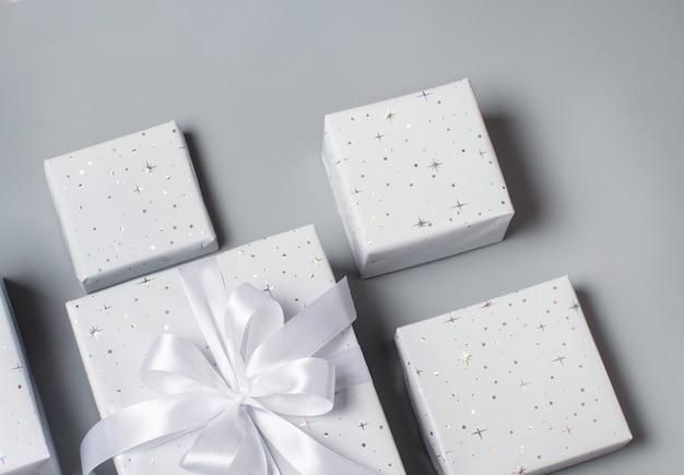Bovenaanzicht verpakte grijze geschenkdozen