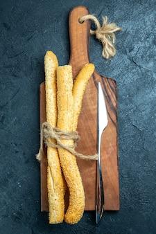 Bovenaanzicht vers brood broodjes op blauwe ruimte