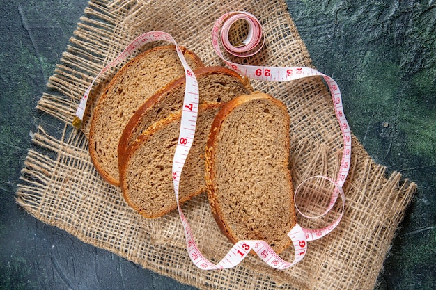 Bovenaanzicht vers brood loafs op donker bureau