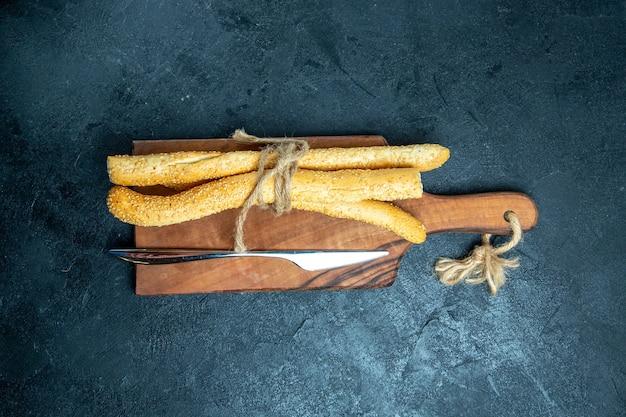 Bovenaanzicht vers broodje brood op blauwe ruimte