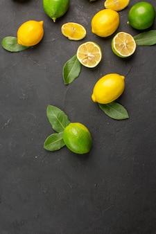 Bovenaanzicht vers citroenen zuur fruit op de donkere tafel citrus limoen fruit