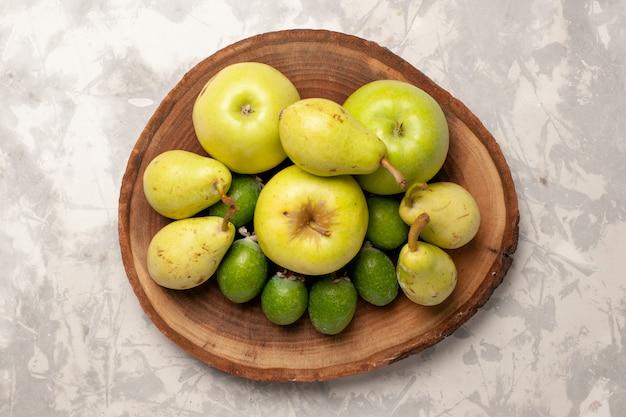 Bovenaanzicht vers fruit appels feijoa en peren op witte ruimte