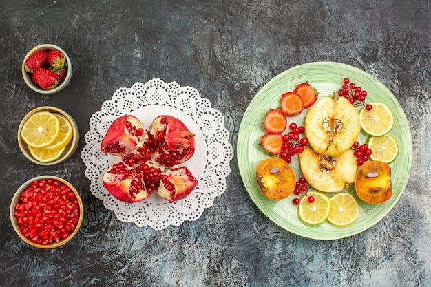 Bovenaanzicht vers fruit in plaat op een lichte tafel fruit vers veel