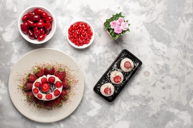 Bovenaanzicht vers fruit kornoeljes aardbeien op witte ruimte